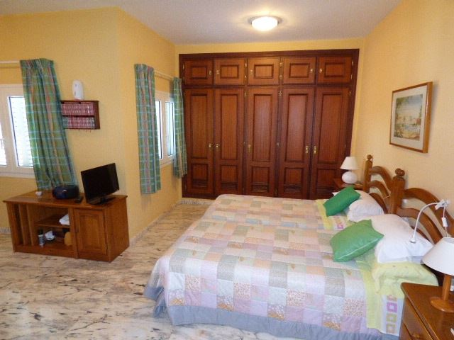 7305801-bedroom-2