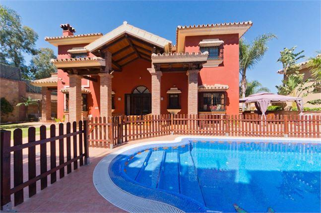https://eagleestates.es/wp-content/uploads/2019/08/10161269-villa-outdoor-pool.jpg