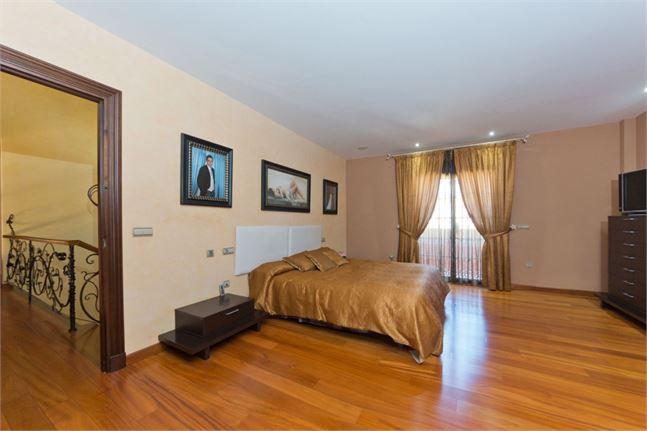10161275-master-bedroom