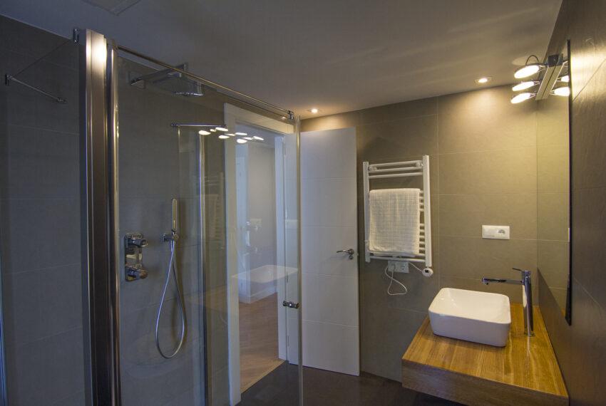 House_in_Marbella-20 Guest bathroom